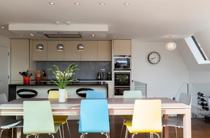 einrichtungsideen küche einrichtungstipps wohnzimmer esstisch esszimmer plastikstühle kücheninsel metallene pendelleuchten