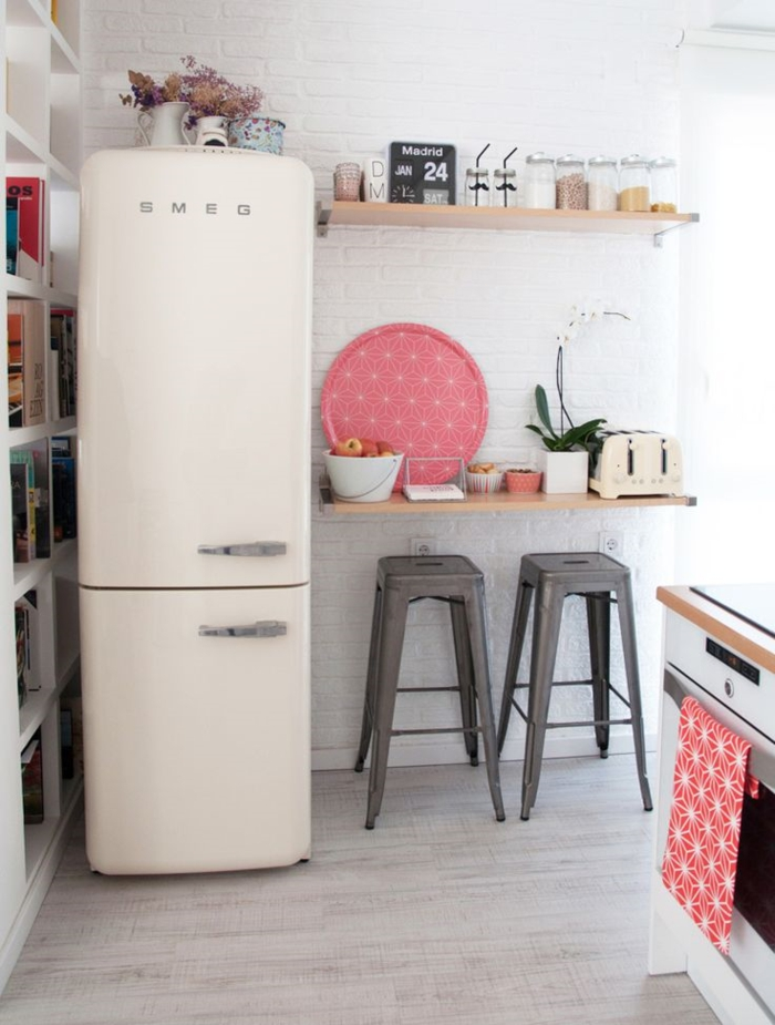 einrichtungsideen kleine kueche retro design smeg kühlschrank theke- metall weiße ziegelwand
