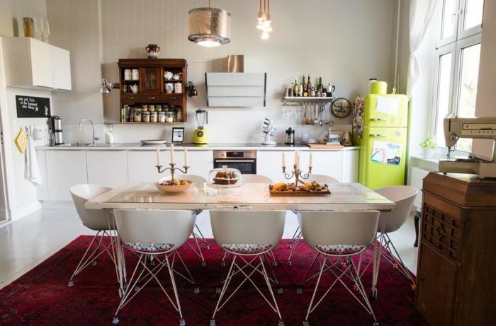 einrichtungsideen moderne küche wohnideen esszimmer esstisch stühle skandinavisches design weiße küchenschränke teppich rot