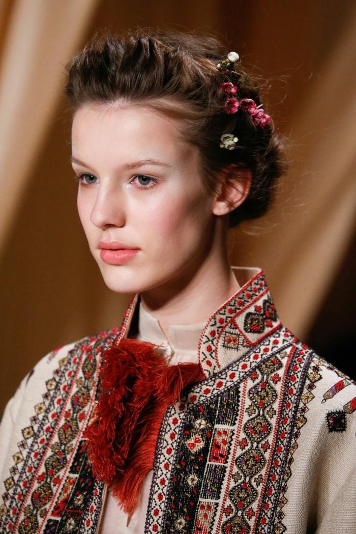 ethno kleidung ethno  mode ethno muster Stickerei valentino mode tracht ethno schal hemd