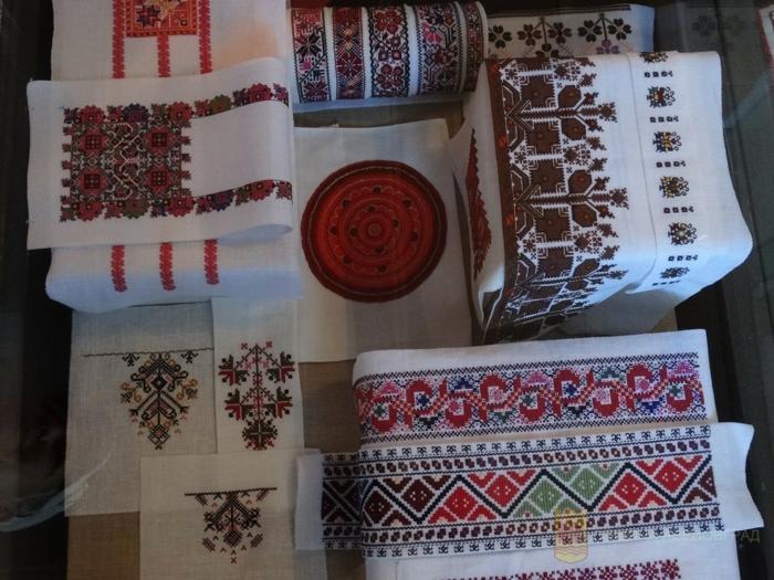 kleidung ethno  mode ethno muster Stickerei  valentino mode tracht ethno schal rücken symbolik