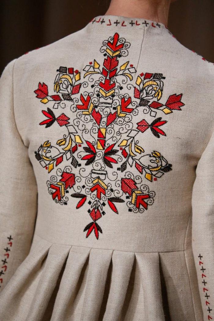 kleidung ethno  mode ethno  muster Stickerei valentino mode tracht ethno schal rücken