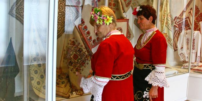ethno kleidung ethno mode ethno muster Stickerei valentino mode tracht meisterin