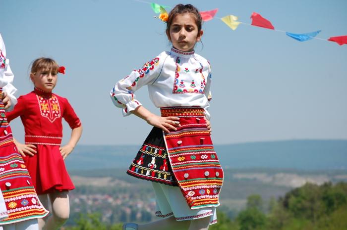 ethno kleidung ethno mode ethno muster Stickerei valentino mode tracht schürze