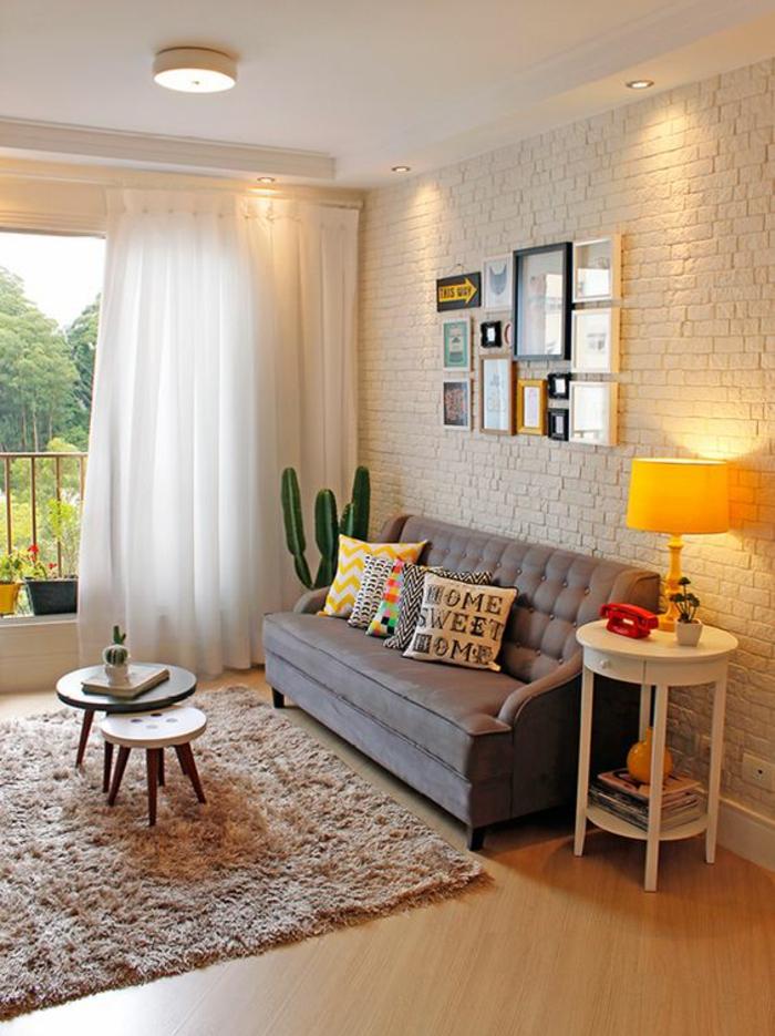 gardinenstoffe vorhangstoffe vorhänge weiß dünn weiße ziegelwand hochflor teppich beistelltische holz