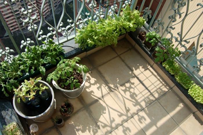 garten gestalten ideen balkonpflanzen bodenfliesen