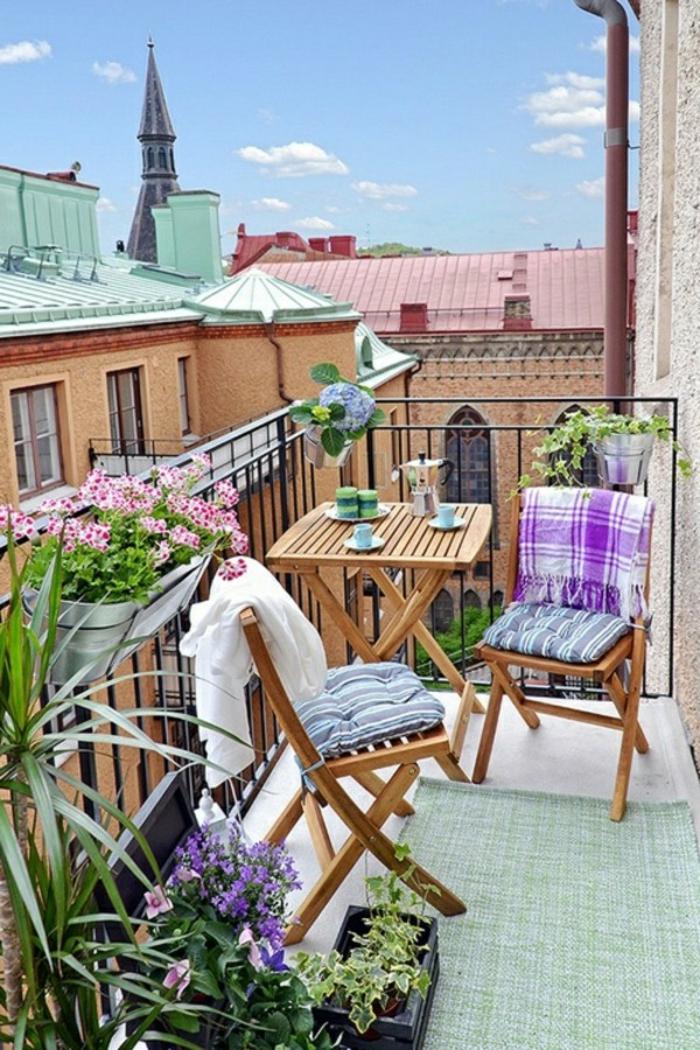 garten gestalten ideen gartenauflagen teppichläufer blumentöpfe kleiner balkon