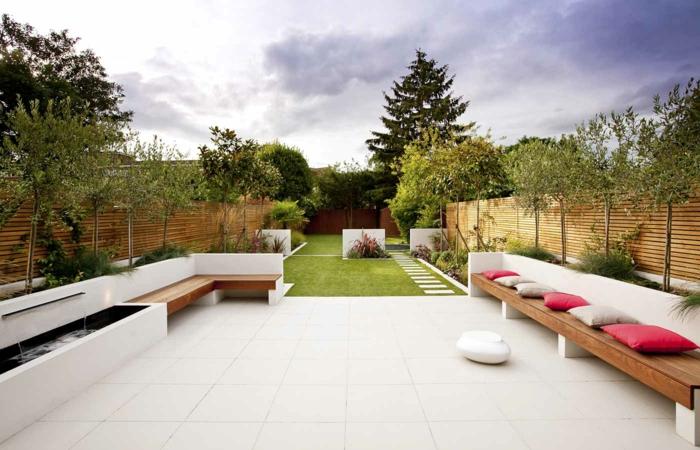 Garten gestaltung sitzbank dekokissen moderner gartenweg