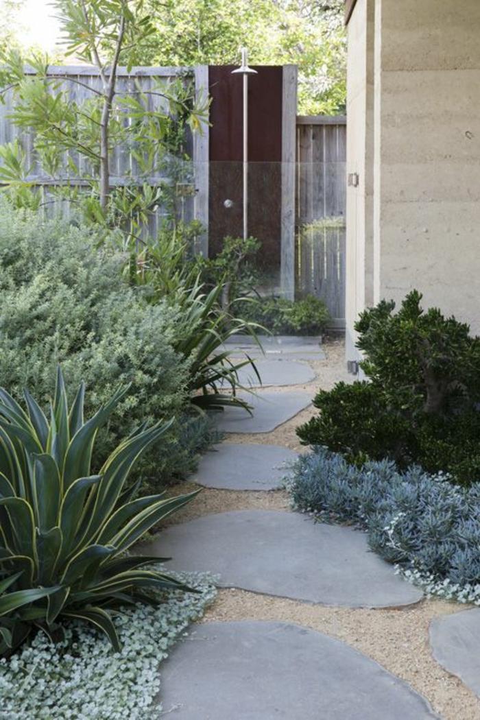 artengestaltung ideen gehwegplatten pflanzen gartenzaun
