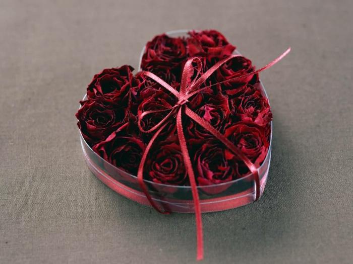 geschenk zum valentinstag rosen herz schachtel romantisch