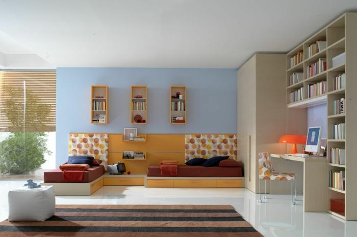 kinderzimmergestaltung blaue wände streifenteppich bibliotheke