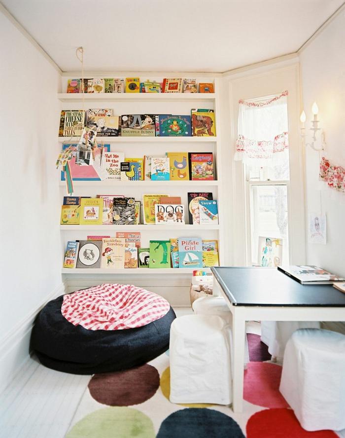 gestaltung kinderzimmer wandregale kinderhocker weiße wände farbiger teppich