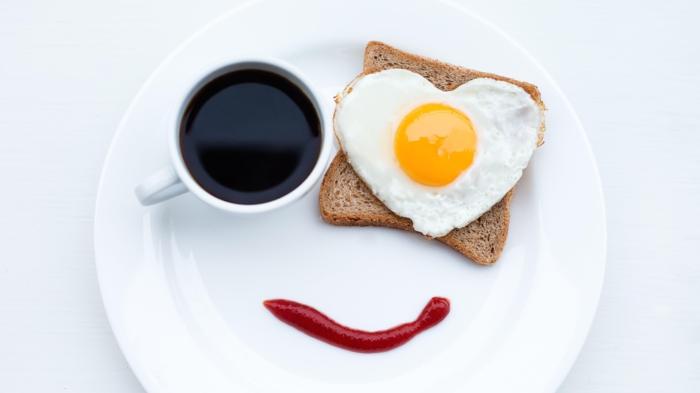 gesunde ernährung tipps frühstück ideen toast spiegelei kaffee