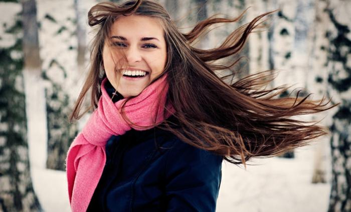 haarpflege tipps winter lange haare richtig pflegen junge frau rosa schal