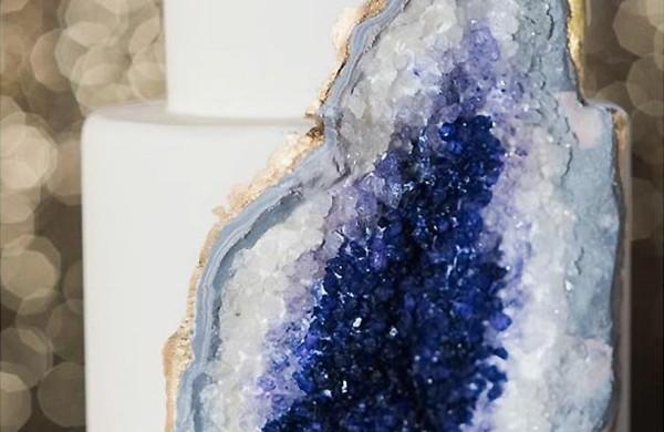 hochzeitstorten-amethyst-edelstein-design-optik-lila-kristale-gold