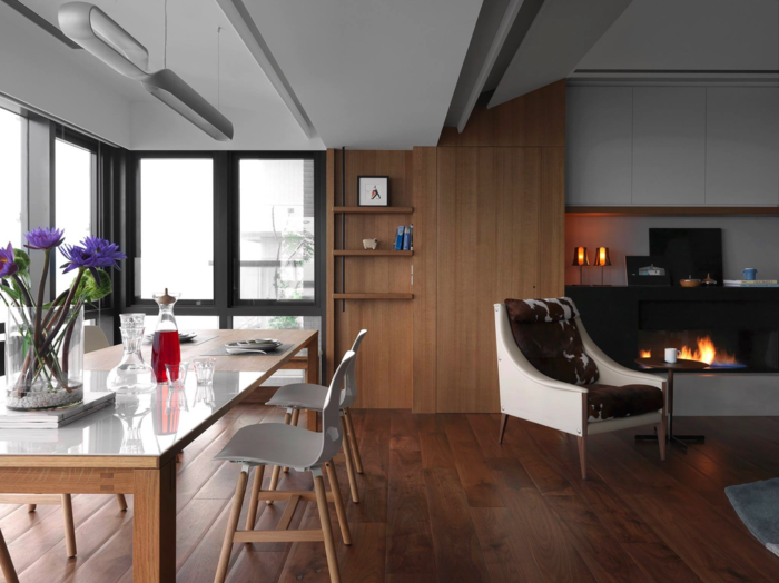 wohnzimmer holzboden: holz wandpaneele essbereich kamin wohnzimmer holzboden pendelleuchten