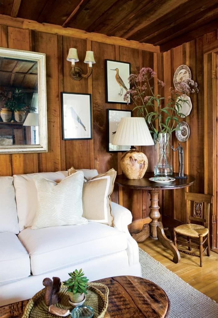 holz wandpaneele wohnzimmer wandgestaltung weißes sofa landhausstil