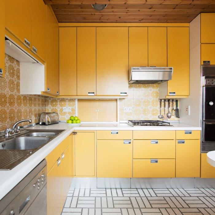 küchendesign gelbe küchenschränke schöner boden wandfliesen