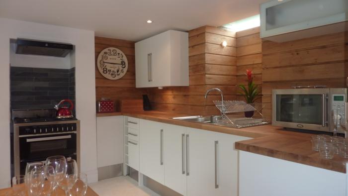 küchendesign hölzerne küchen wandpaneele weiße küchenschränke