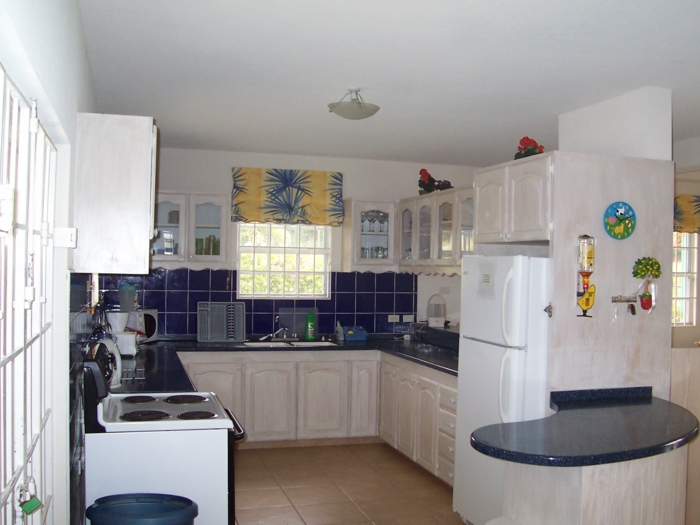 küchendesign ideen blaue wandfliesen küchenrückwand helle küchenschränke