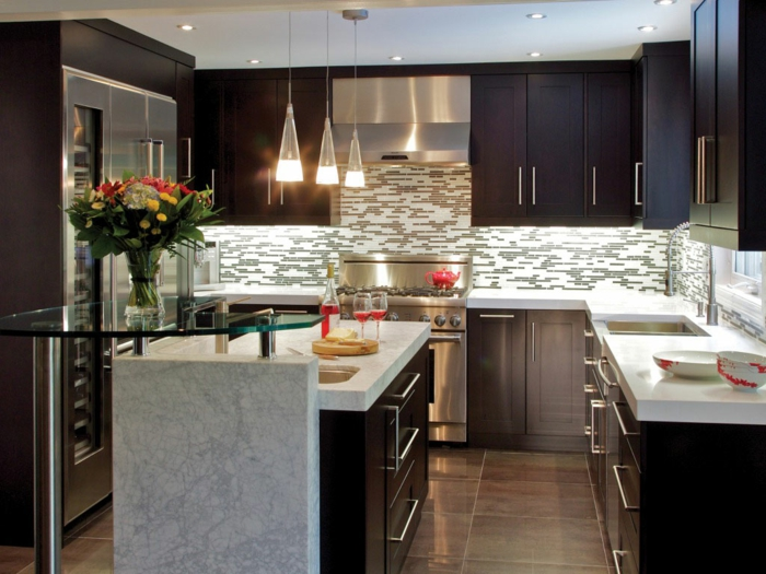 küchendesign ideen kleine küche kücheninsel glas küchenrückwand blumen