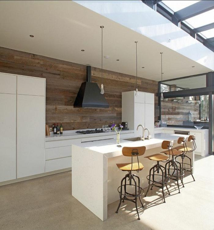 küchendesign küchen wandpaneele holz pendelleuchten barhocker weiße kücheninsel