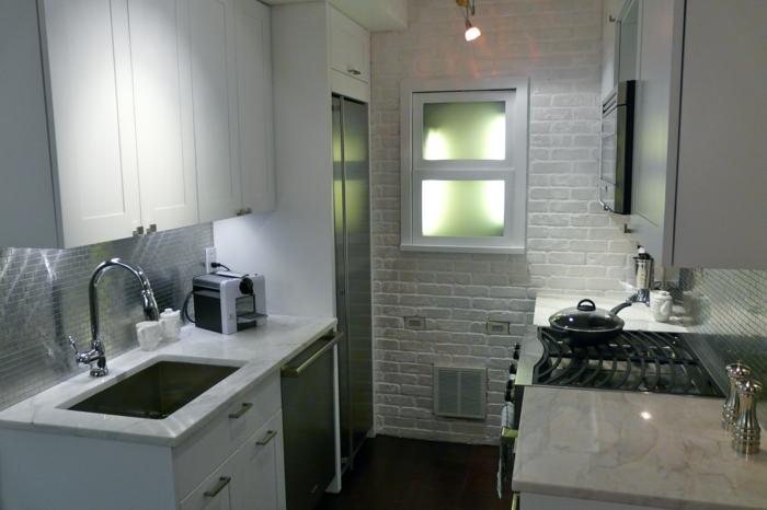 küchendesign ziegelwand weiß küchenrückwand weiße kleine küche