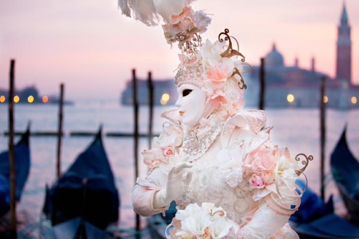 karneval in venedig faschingskostüm frauen weißes kleid feder perlen karnevalkostüme