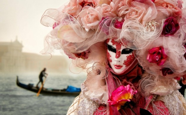 karneval-in-venedig-faschingskostüme-kopfschmuck-blumen-rosen-schleier-karnevalkostüme-frauen