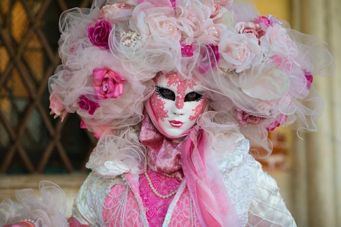 karneval in venedig faschingskostüme kopfschmuck perlen pailletten rosa kleid