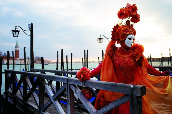 karneval  in venedig frauen kostüme fasching rotes kleid haarschmuck blumen