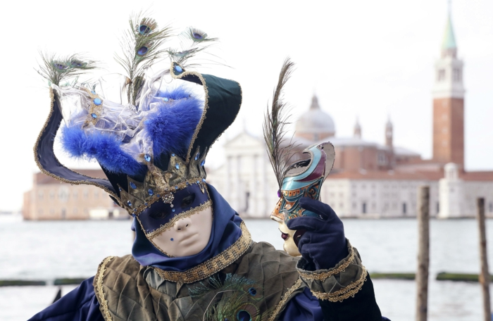 karneval  in venedig frauen kostüme fasching pfauenfeder kopfschmuck
