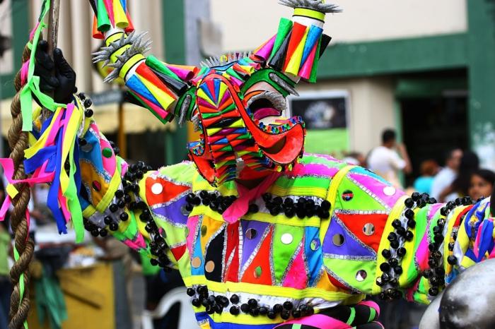 karnevalskostüme diy ideen bunte stoffe pailletten motive neonfarben