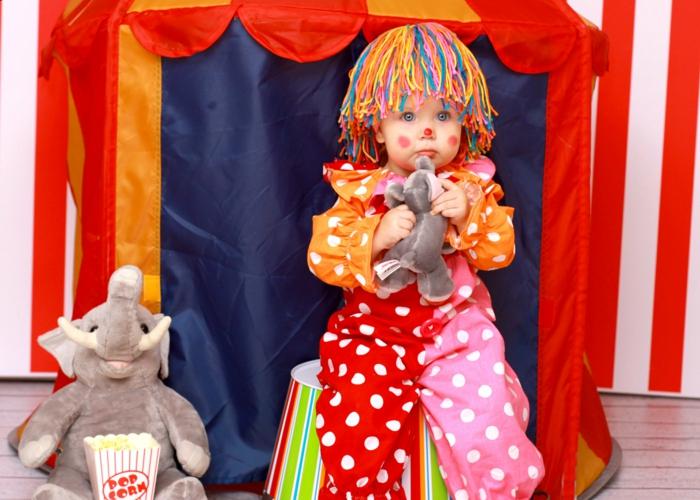 karnevalkostüme diy ideen kinderkostüm clown gepunktet bunte haare garn