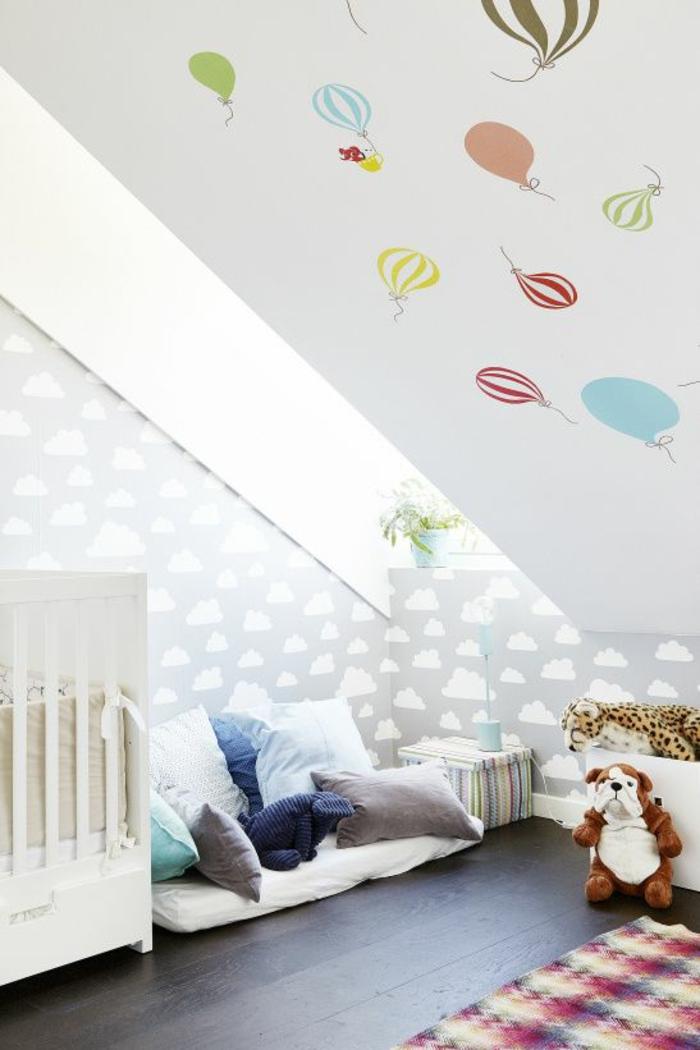 kinderzimmer mit dachschräge babyzimmer babybett kuschelecke spielecke kuscheltiere luftballon wandtapete wolken