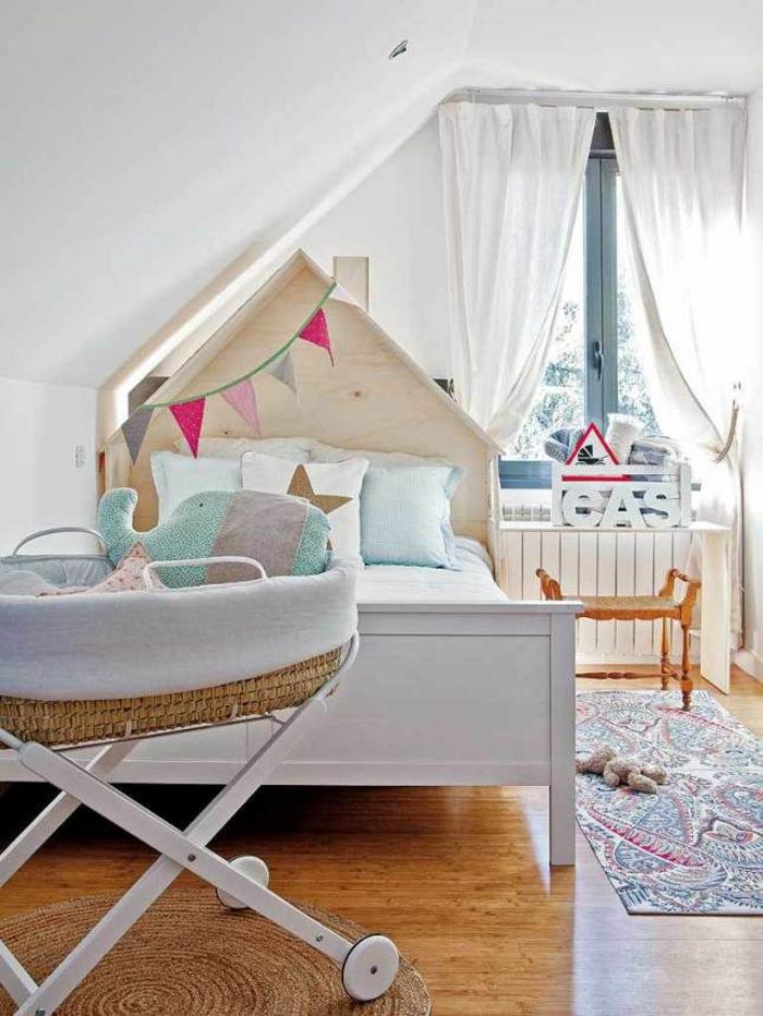 kinderzimmer mit dachschräge babybett mobil diy kopfteil kinderzimmerteppich bunt