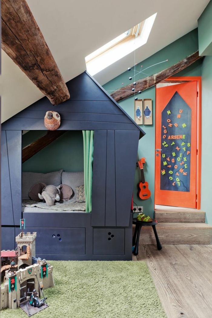 kinderzimmermit dachschrägebett bettnische holzhaus graublau offene deckenbalken grüner hochflor teppich