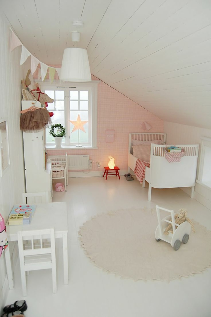 kinderzimmer mit bett weiß stoffgirlande runder teppich weiße regale tisch