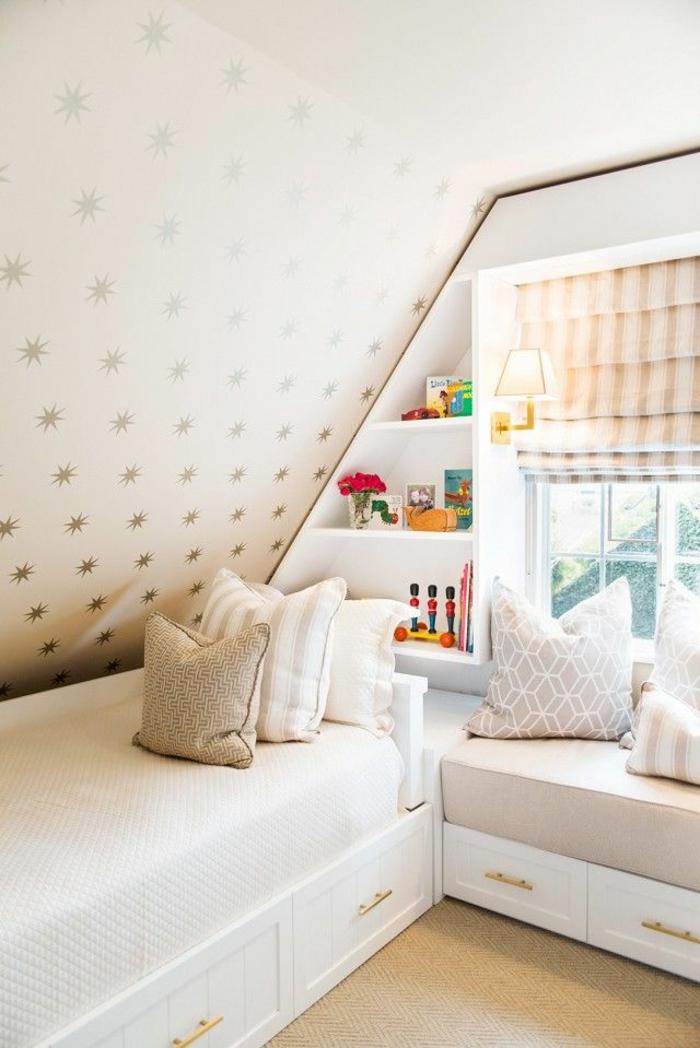 kinderzimmer mit dachschräge betten dekokissen grafische muster wandregale wandtapete sterne