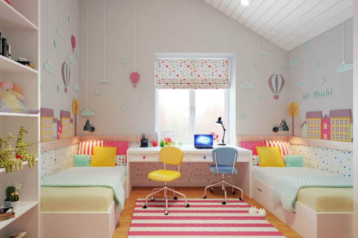 kinderzimmer mit dachschräge betten schreibtisch schreibtischstühle fensterrollos wanddekoration luftballon