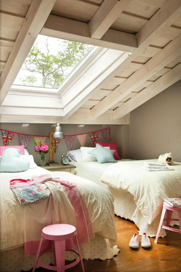 kinderzimmer mit dachschräge dachgeschoss betten dachboden dachfenster rosafarbene hocker