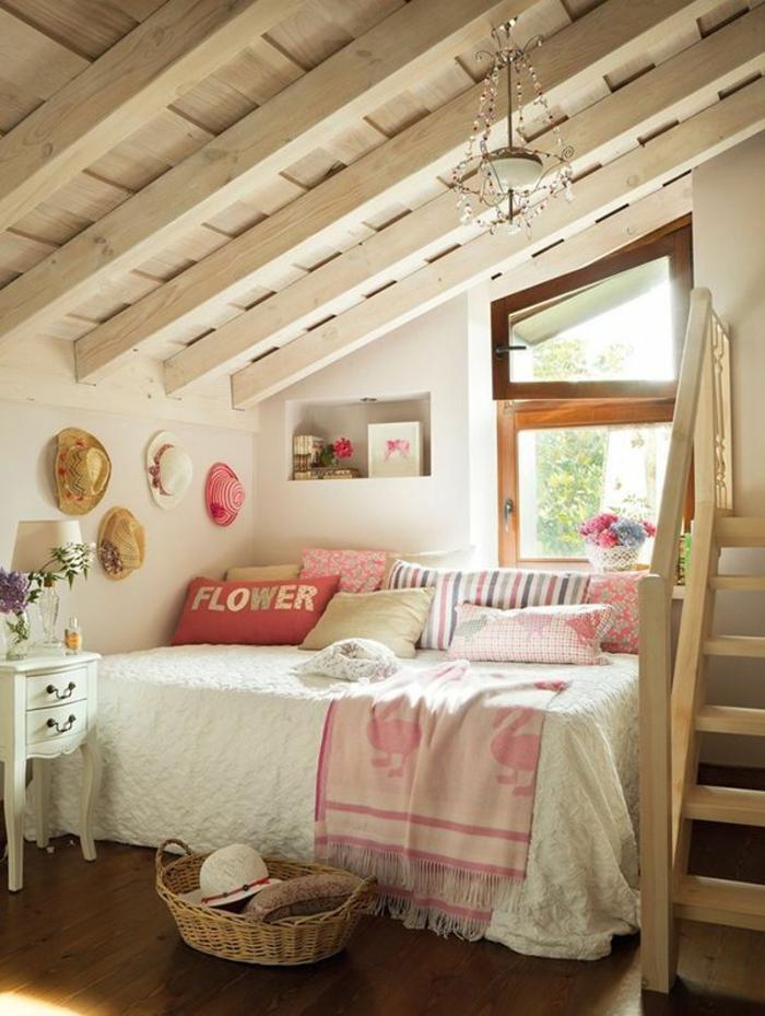 kinderzimmer mit dachschräge deckenbalken holz wanddeko hüte weidenkorb bett vintage nachttisch cottage stil