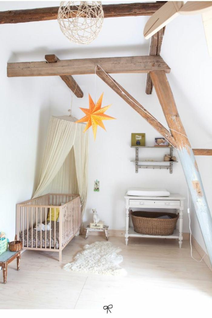 kinderzimmer mit dachschrägedeckenbalken naturholz babybett schaffell weidenkorb anrichte vintage babyzimmer