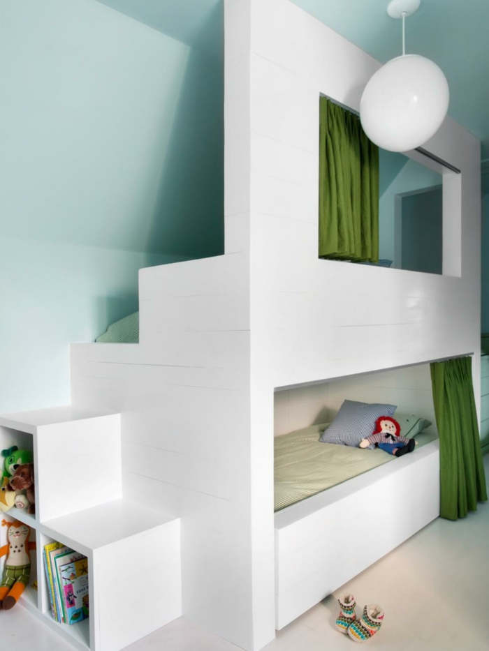 kinderzimmer mit dachschräge etagenbett stauraum spielzeug grüne vorhänge