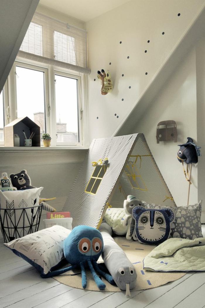 kinderzimmer mit dachschräge kuschelecke spielecke sitzkissen kuscheltiere