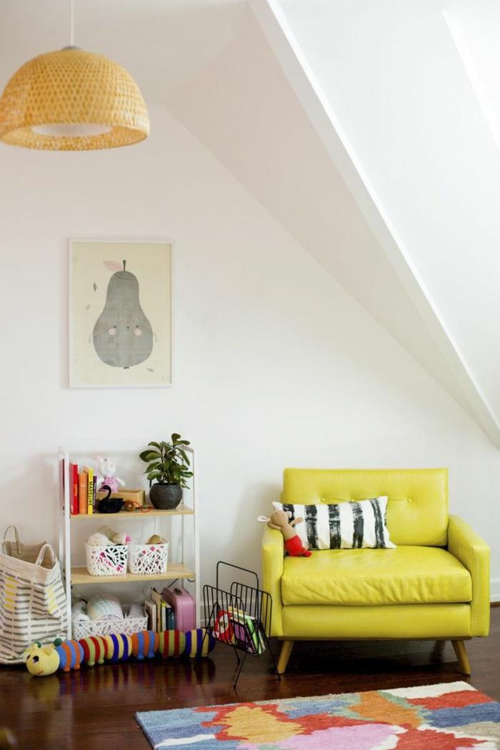 kinderzimmer mit dachschräge ledersessel gelbgrün anrichte bunter kinderteppich