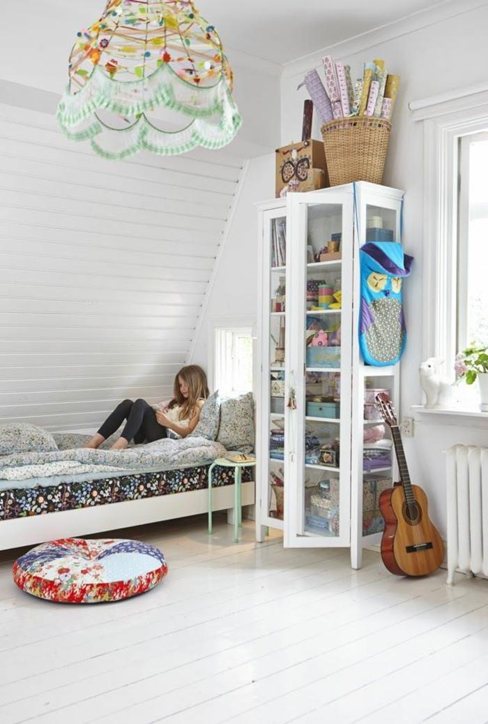 kinderzimmer mit dachschräge mädchenzimmer vitrine weiß bett sitzkissen diy pendelleucthe