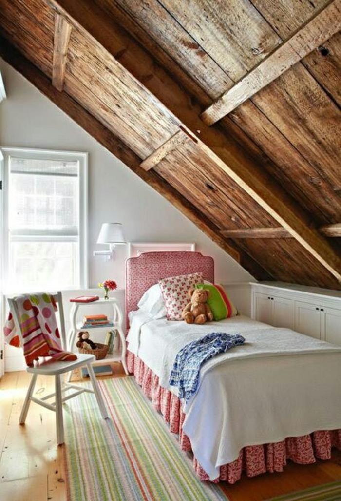 kinderzimmer mit dachschräge rustikale einrichtung gestreifter teppich bett stuhl nachttisch vintage