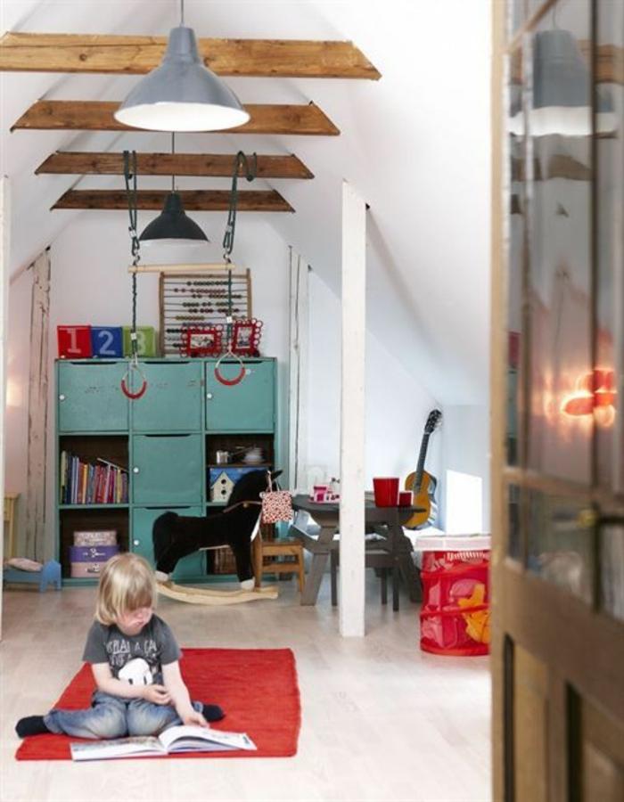 kinderzimmer mit dachschräge spielpaltz kinder offene deckenbalken pendelleuchten industriell