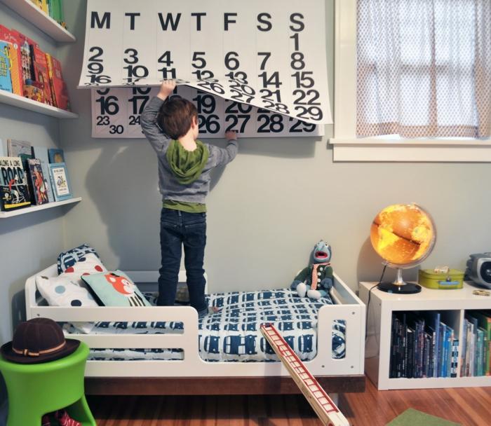 kinderzimmergestaltung jungenzimmer gestalten leuchtender globus offene regale